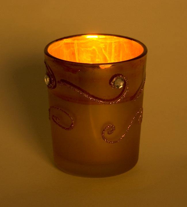 キラキラキャンドルグラス【高さ:6.5cm*横:5.5cm】-パープルの写真6 - 同じデザインの商品に火を灯してみました。雰囲気が素敵ですね!