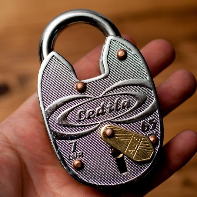 インドの南京錠 【Lサイズ】 10 - 手に持ってみたところです。インテリアとしても素敵な品です。