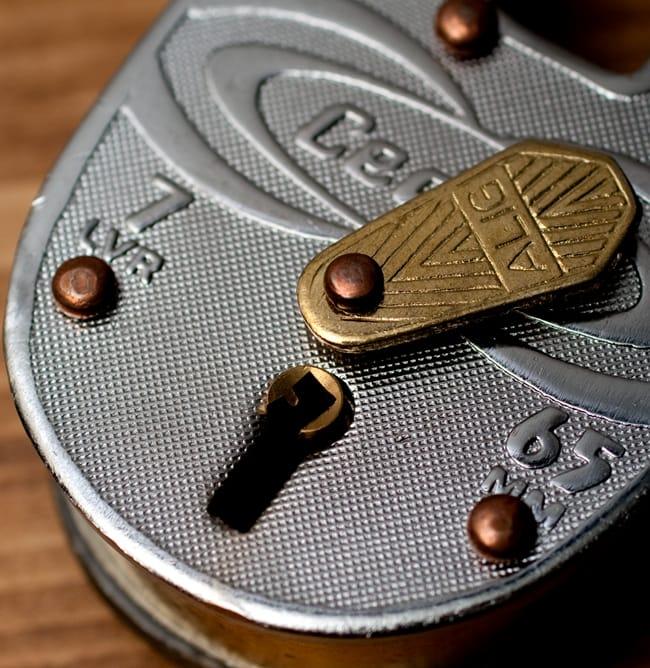 インドの南京錠 【Lサイズ】 3 - 鍵穴の写真です。カギ穴を守る装飾も雰囲気があって素敵です。
