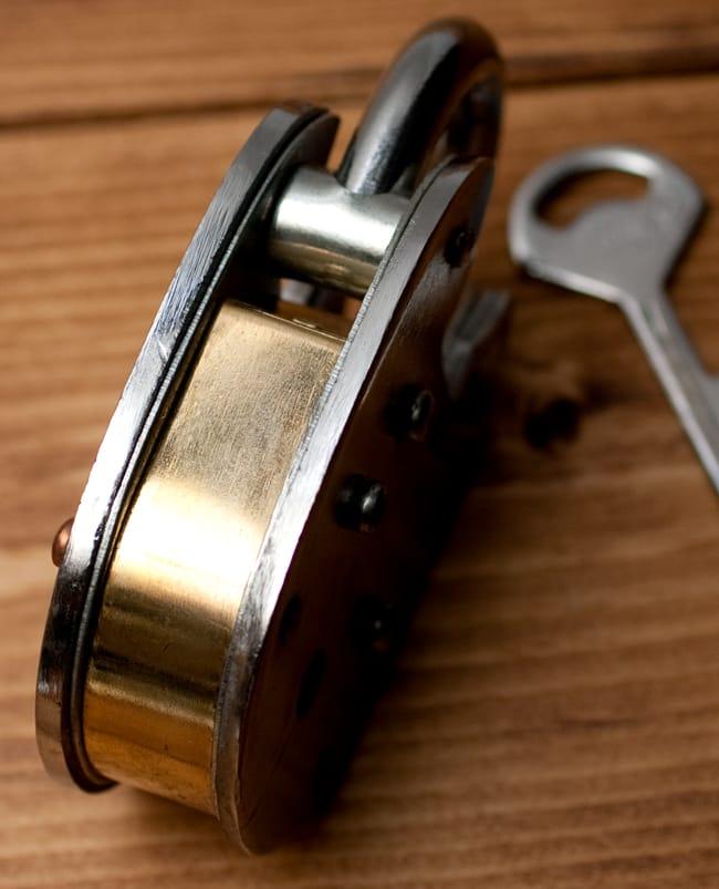 インドの南京錠 【Lサイズ】 4 - 厚みもかなりしっかりとしています