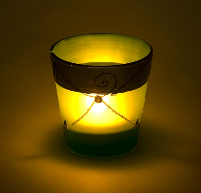 キラキラキャンドルグラス【高さ:7.5cm*横:7.5cm】-パープルの写真6 - 同じデザインの商品に火を灯してみました。雰囲気が素敵ですね!
