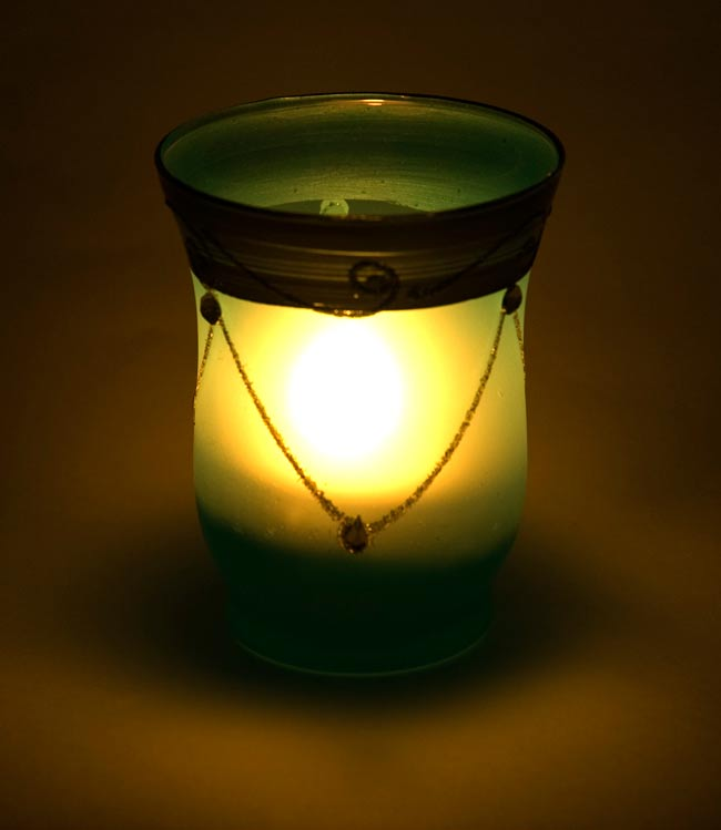 キラキラキャンドルグラス【高さ:9.5cm*横:7.5cm】-レッドの写真6 - 同じデザインの商品に火を灯してみました。雰囲気が素敵ですね!