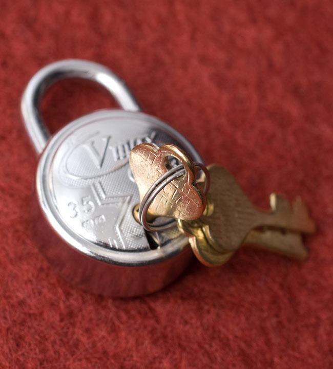 インドの南京錠-VMAX Classic 【Mサイズ】の写真3 - 鍵を刺してみました