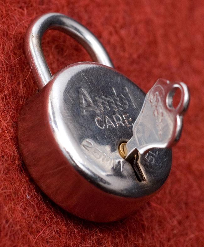 インドの南京錠-Ambi CAPE 【Sサイズ】の写真3 - 鍵を刺してみました