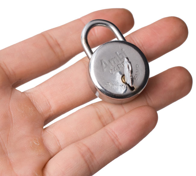 インドの南京錠-Ambi CAPE 【Sサイズ】の写真4 - サイズ比較のために手に持ってみました