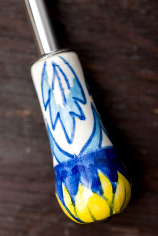 ジャイプルポッタリーのボトルオープナー(栓抜き)の写真2 - 持ち手の部分を見てみました。ギフトにも素敵なアイテムですね。