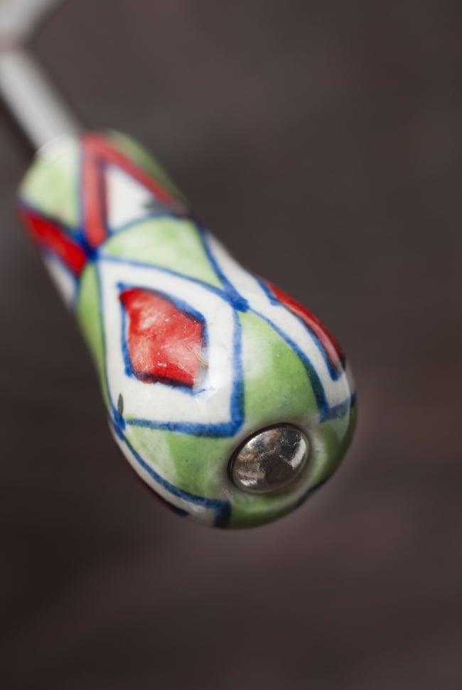 ジャイプルポッタリーのボトルオープナー(栓抜き)の写真3 - 先端部分の様子です。ハンドペイントのぬくもりがある仕上がりです。
