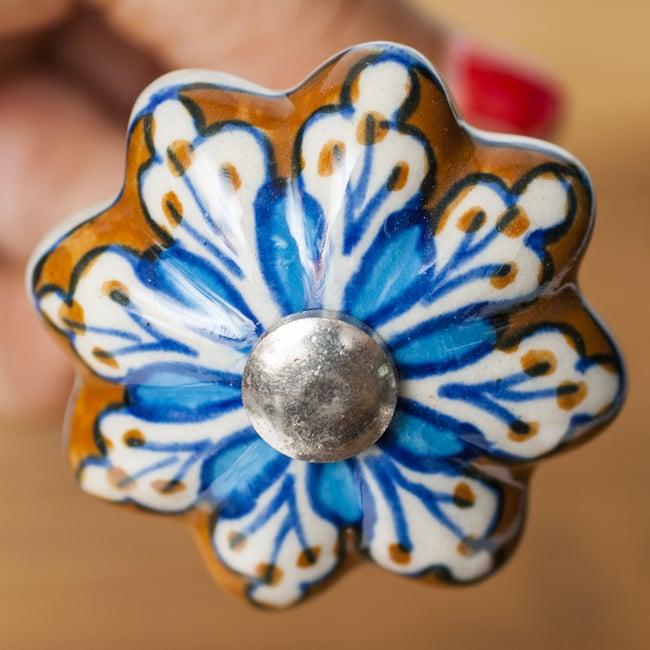 ジャイプルポッタリーのコルク抜きの写真2 - 陶器部分を見てみました。鮮やかなカラーリングが可愛いです。