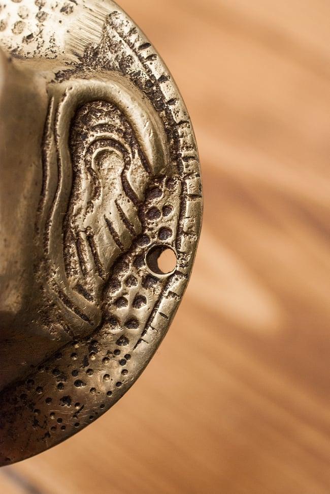 象のドアノッカーの写真5 - 三箇所穴が空いており、釘などで壁に固定できるようになっています。
