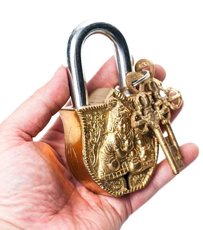 アンティック風南京錠- ラーマーヤナ 6 - サイズ感をお分かりいただくため同サイズ商品を手に持ってみました。ずっしり重いです。