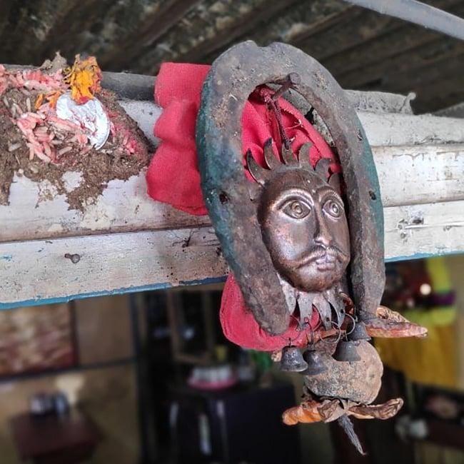 幸運のアイテム インドの錆びた蹄鉄(ホースシュー) 6 - 現地ではこのように使われています。