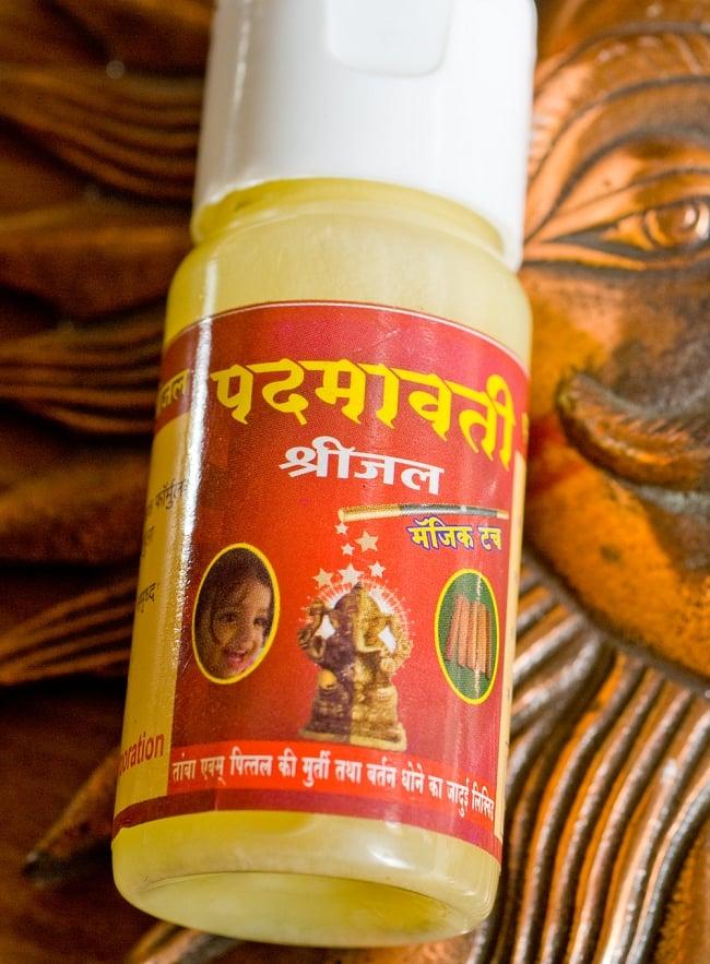 ブラス用クリーナー(磨き用クリーム)の写真2 - パッケージを拡大してみました。とても個性的でインド的ですねこれ。