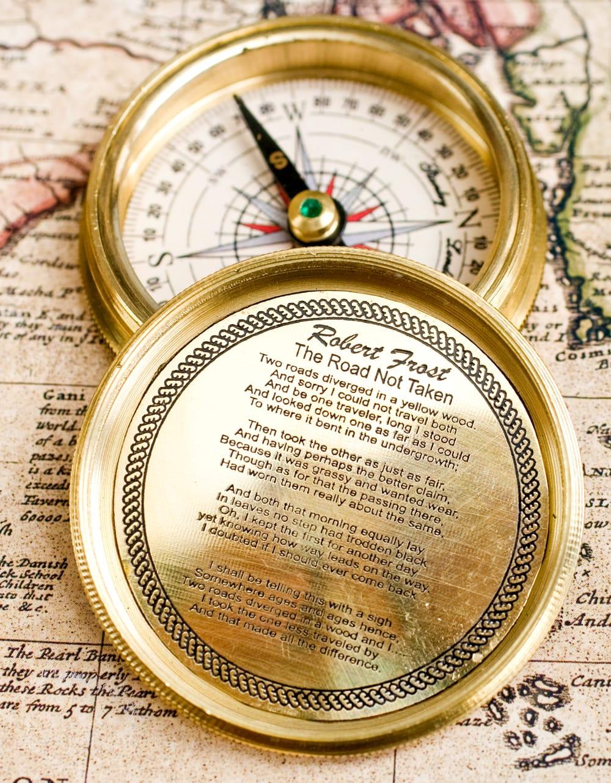 【直径約5.5cm】大英帝国時代のゴールドアンティークコンパス[蓋付き] - KELVIN & HUGHES 3 - 蓋の裏を拡大してみました、著名な作家と詩が刻まれています。
