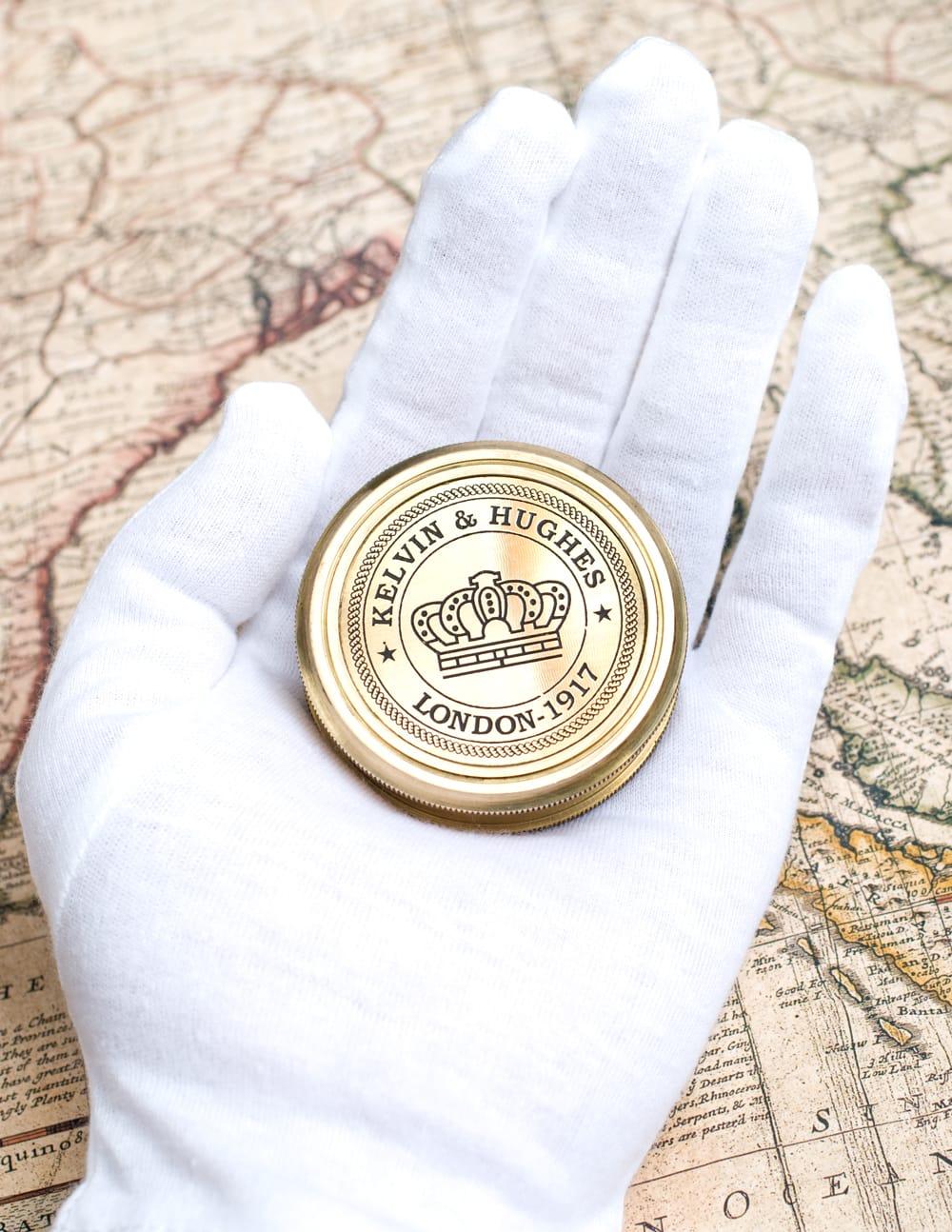 【直径約5.5cm】大英帝国時代のゴールドアンティークコンパス[蓋付き] - KELVIN & HUGHES 5 - 手に持つとこのようなサイズです。