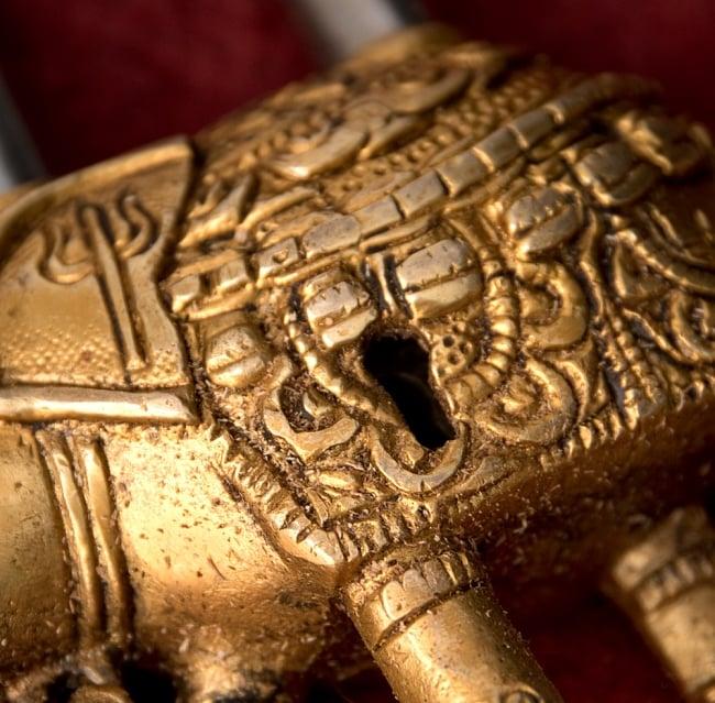 アンティック風南京錠- ぞうさん 2 - 正面から鍵穴の部分を撮影しました。レトロな感じがよく出ています。
