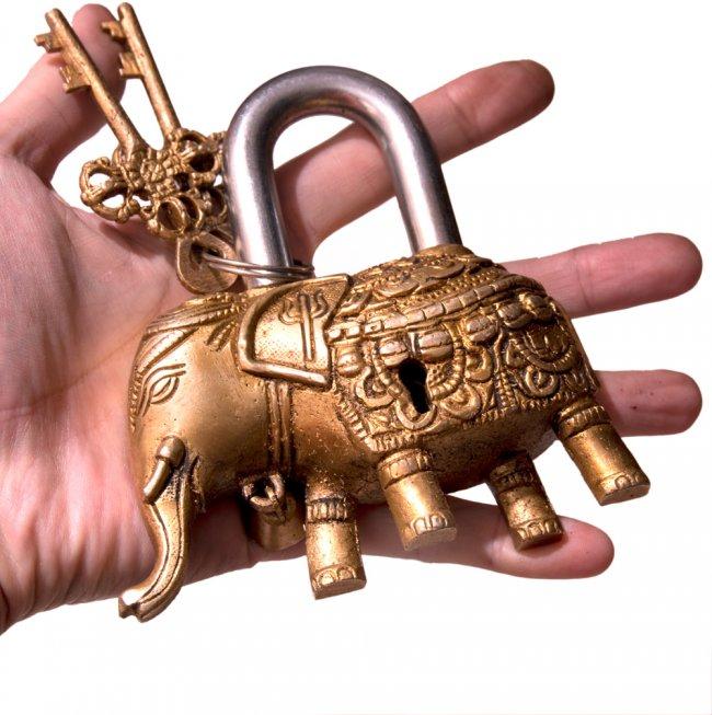 アンティック風南京錠- ぞうさん 5 - サイズ感をお分かりいただくため手に持ってみました。ずっしり重いです。