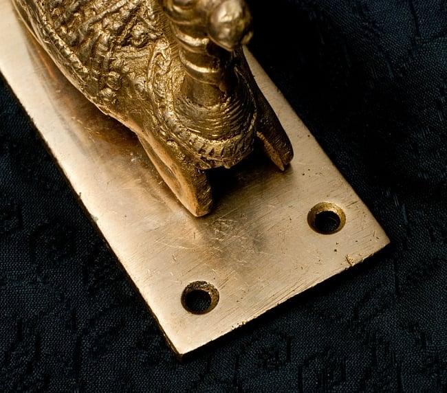 ラクダのドアノッカー[10cm]の写真4 - 台座の穴の部分です。ここにネジ止めできます