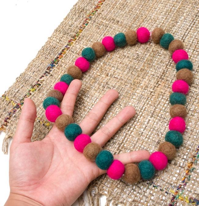 〔60cm〕★犬の首輪・猫首輪★手作りフェルト!ワンにゃんネックレス  - ピンク×緑×茶色系 3 - 大きさを感じていただく為、手に持ってみたところです。