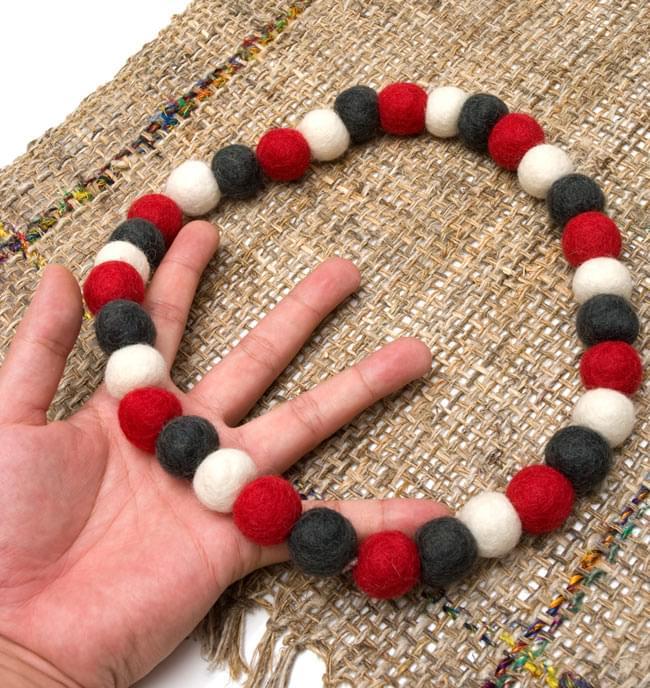 〔60cm〕★犬の首輪・猫首輪★手作りフェルト!ワンにゃんネックレス  - 白×赤×グレー系 3 - 大きさを感じていただく為、手に持ってみたところです。