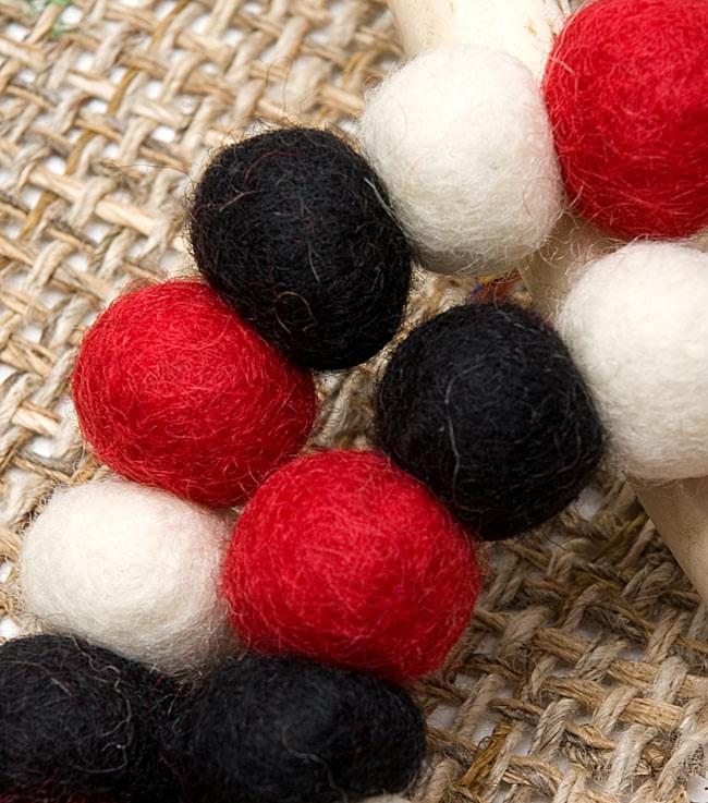 〔60cm〕★犬の首輪・猫首輪★手作りフェルト!ワンにゃんネックレス  - 白×赤×黒系 2 - 拡大してみたとろこです。ふんわりとしながら、押すと弾力があり意外と丈夫です!色合いと風合いもとってもかわいいです。