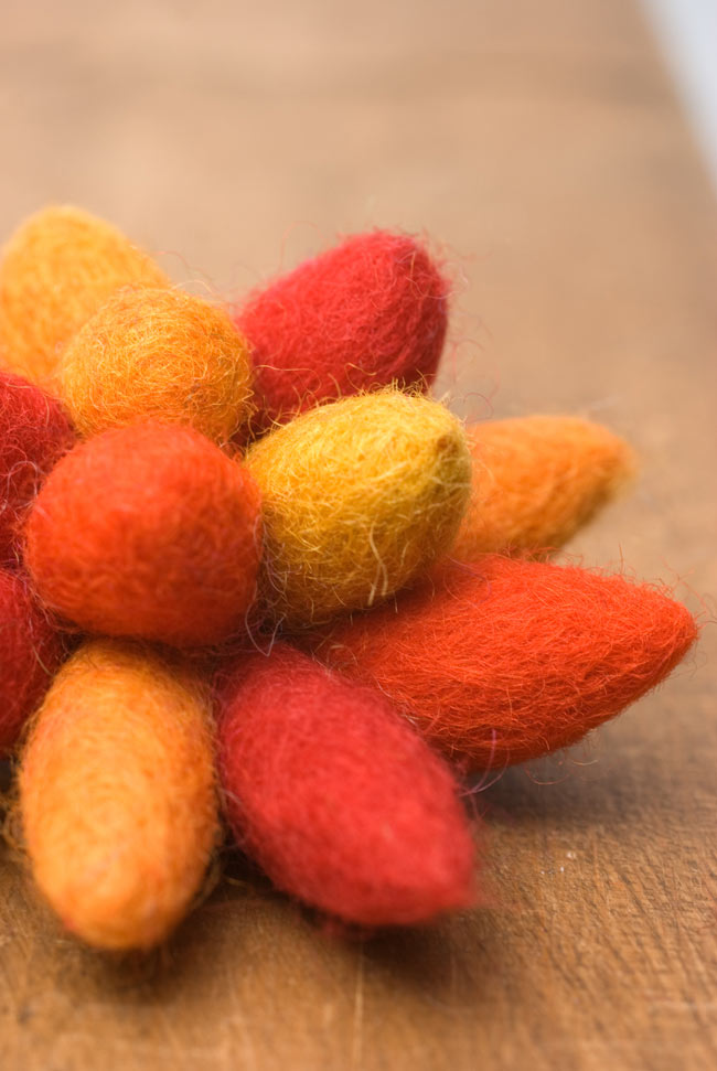 モコモコフェルトのお花のヘアゴム 【オレンジ系】 3 - 近寄ってみました。フェルトの暖かな手触りが魅力的です。