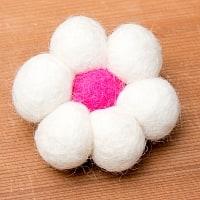 フェルトのお花ブローチ - 白×ピンク