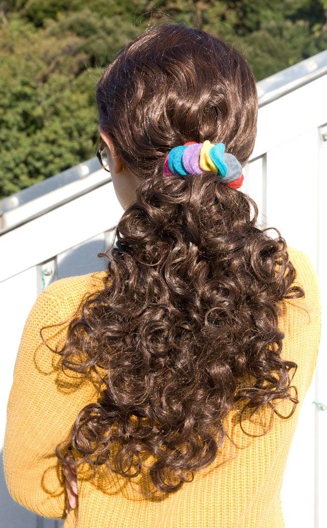 モコモコフェルトのカラフルシュシュ 【3.5cm】の写真3 - 髪につけてもらいました。元気な印象です。