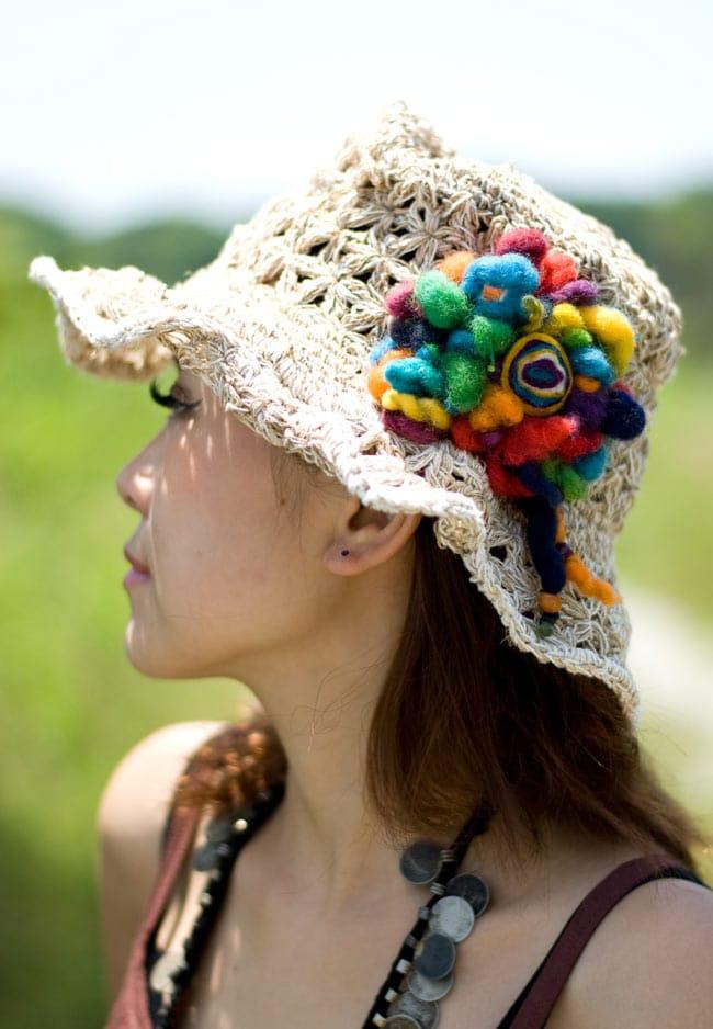 手作りフェルトのフワフワお花ブローチ(大)の写真10 - モデルさんの着用例です。アイデア次第でさまざまな場所におつかいいただけます。