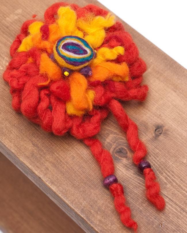手作りフェルトのフワフワお花ブローチ(大)の写真6 - 【選択B:赤系】はこのような色合いの中からお送りさせていただきます。