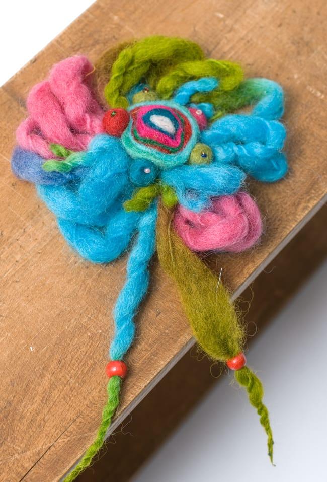 手作りフェルトのフワフワお花ブローチ(大)の写真7 - 【選択D:水色ピンク系】はこのような色合いの中からお送りさせていただきます。