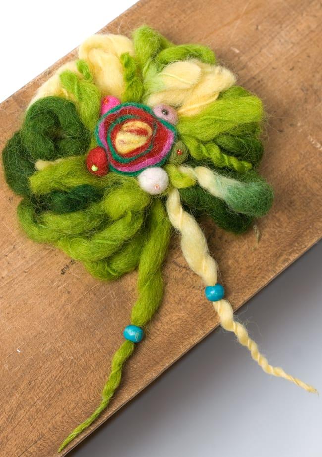 手作りフェルトのフワフワお花ブローチ(大)の写真8 - 【選択E:緑系】はこのような色合いの中からお送りさせていただきます。