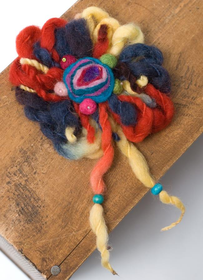 手作りフェルトのフワフワお花ブローチ(大)の写真9 - 【選択C:ベージュ紫系】はこのような色合いの中からお送りさせていただきます。