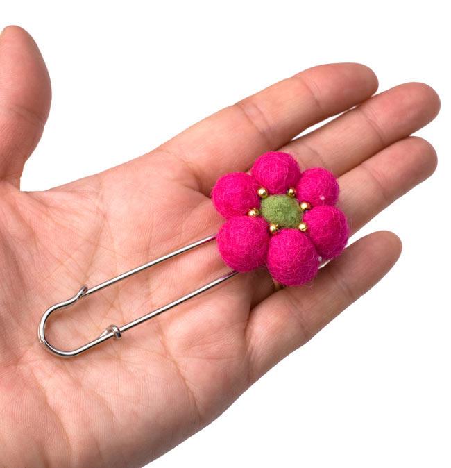 フェルトのお花ブローチ - ピンク 4 - 大きさがわかるよう、同じ大きさの商品を手に持ってみました。