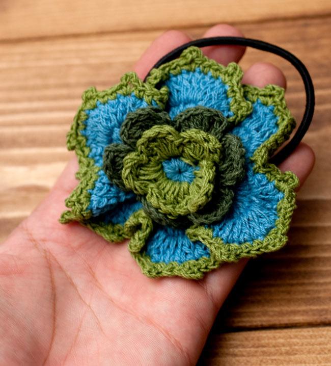 手作りコットンのお花ヘアゴム - 水色×ピンク 4 - 同ジャンル品を手のひらにのせてみたところです
