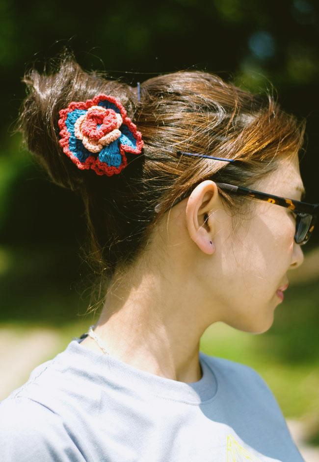手作りコットンのお花ヘアゴム - 水色×ピンク 6 - モデルさんの使用例です