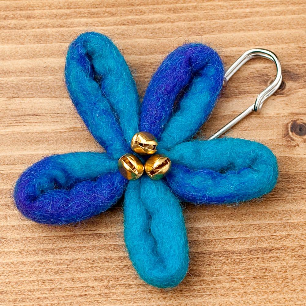 フェルトの大きなお花ブローチ キルトピン - 水色×青系の写真