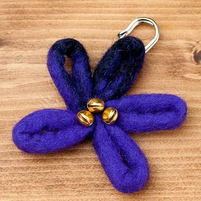 フェルトの大きなお花ブローチ キルトピン - 紫×黒の写真