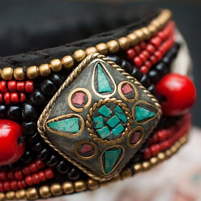 チベタンターコイズと貝殻のバングル - 菱形 2 - チベタンターコイズとビーズで美しく飾られたバングルです。