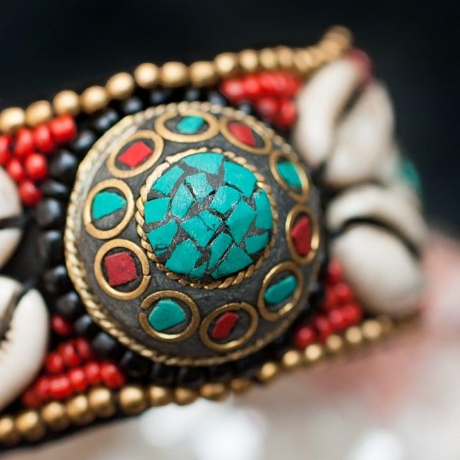 チベタンターコイズと貝殻のバングル - 丸型 2 - チベタンターコイズとビーズで美しく飾られたバングルです。
