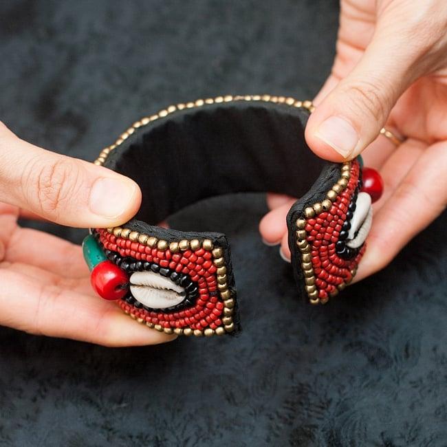 チベタンターコイズと貝殻のバングル - 丸型 8 - このように開きますので、装着が簡単です。
