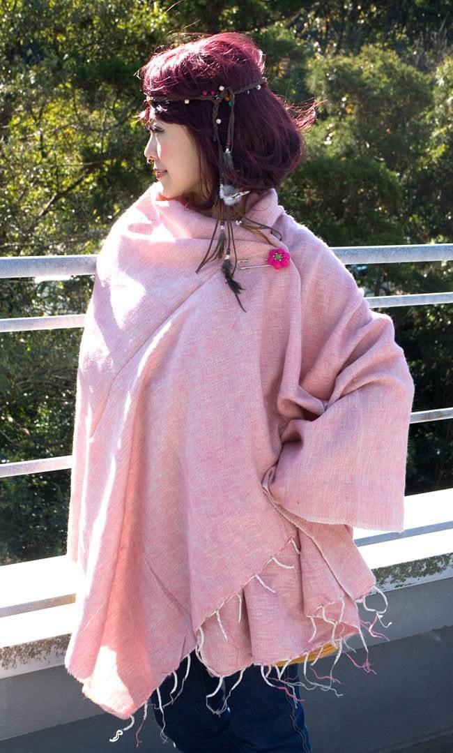 フェルトのお花ブローチ - ピンク×えんじ 6 - 同種の商品をストールに付けてみました。シンプルなので合わせやすいです。
