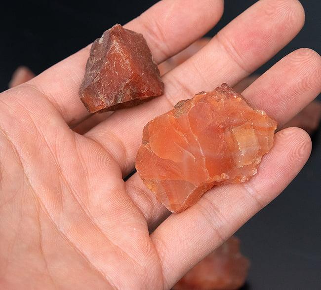 レッドジャスパーの原石[600g] 9 - サイズ比較のために一個を手に持ってみました