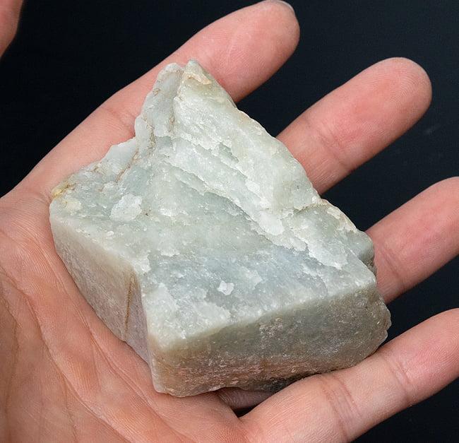 ネフライトの原石[228g] 6 - サイズ比較のために手に持ってみました