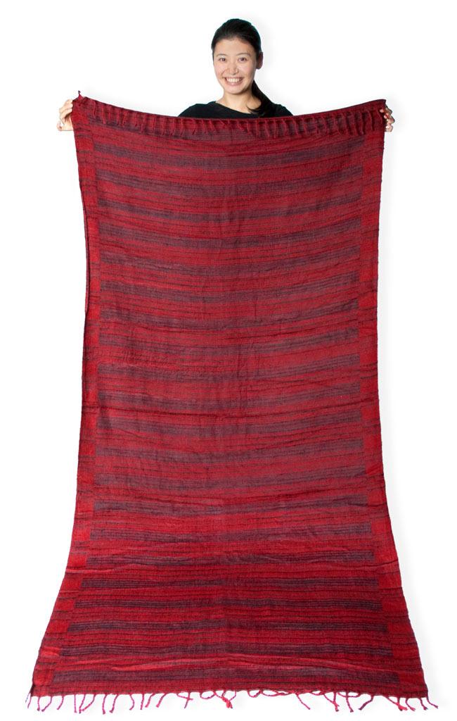 〔210cm×100cm〕インドのふわふわボーダー柄大判ショール - 赤系の写真10 - 210cm×100cmの大判サイズです。ソファーカバーなどインテリア用として使ってもかわいいと思います。