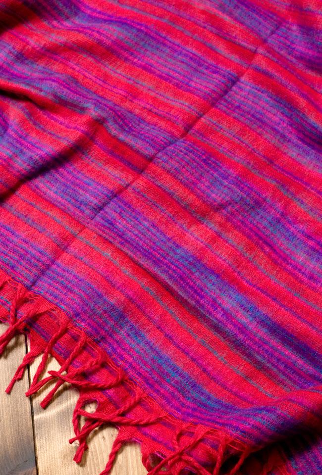 〔210cm×100cm〕インドのふわふわボーダー柄大判ショール - 赤系の写真4 - 飽きの来ないボーダー柄です。男性から女性まで幅広くオススメです。