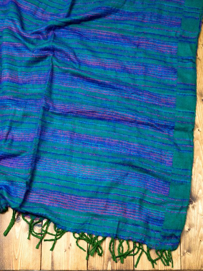 〔210cm×100cm〕インドのふわふわボーダー柄大判ショール - 緑系の写真4 - 飽きの来ないボーダー柄です。男性から女性まで幅広くオススメです。