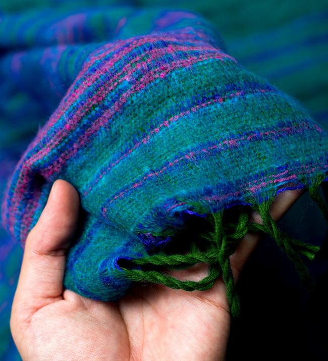 〔210cm×100cm〕インドのふわふわボーダー柄大判ショール - 緑系の写真6 - 手触りもよくふわふわとしています