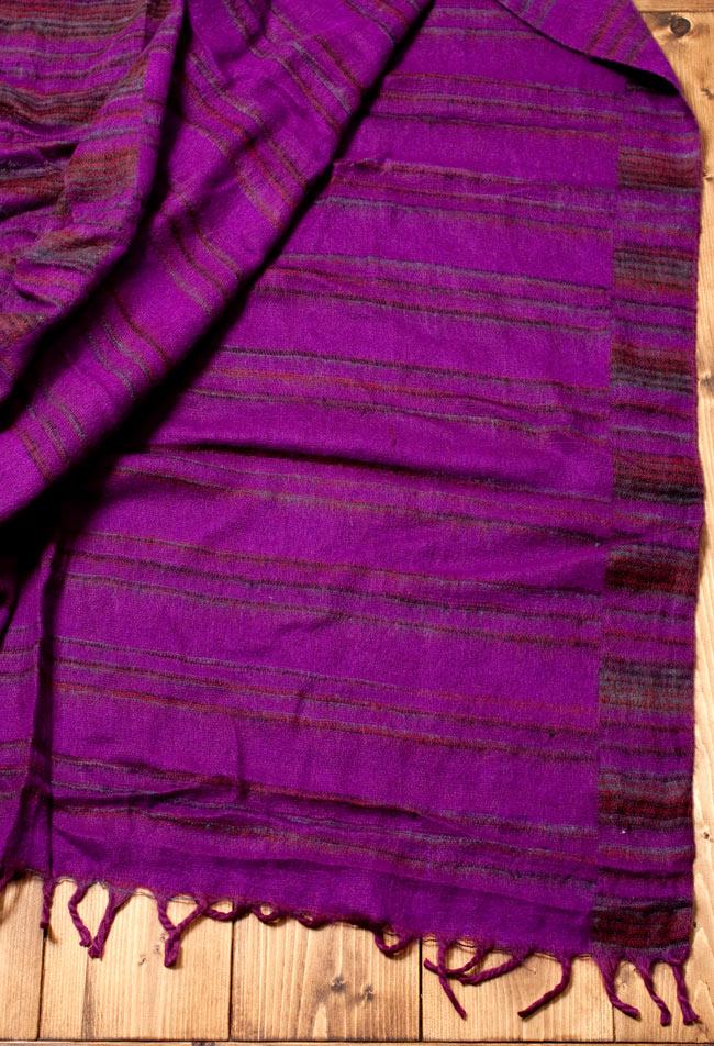 〔210cm×100cm〕インドのふわふわボーダー柄大判ショール - 紫×茶色系 5 - 裏面は表面と色合いがことなり、巻いた時に良いアクセントになります。