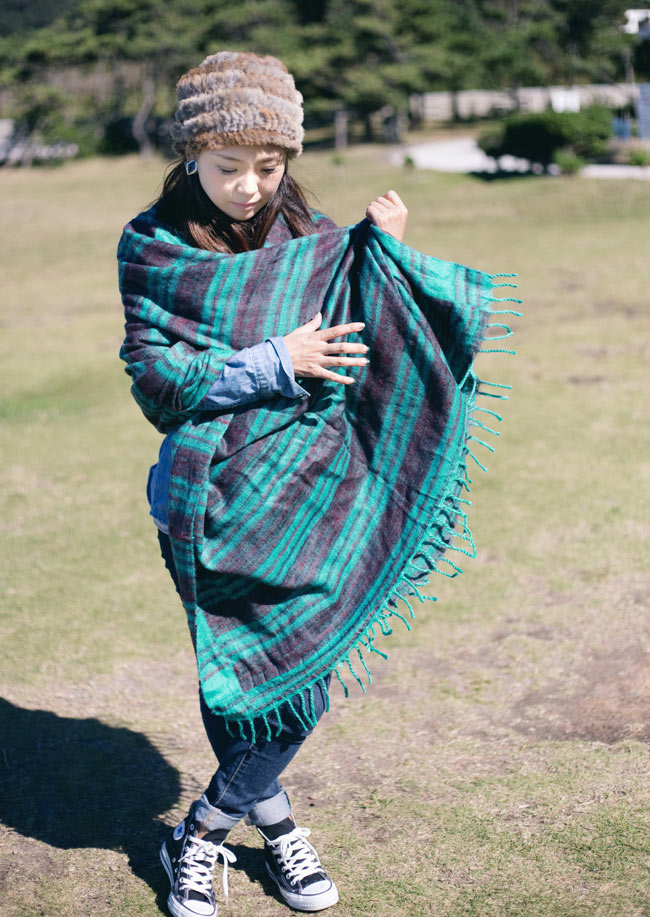 〔210cm×100cm〕インドのふわふわボーダー柄大判ショール - 紫×茶色系 7 - 肩にかけてショールとして(以下の写真は同ジャンル品のものになります)
