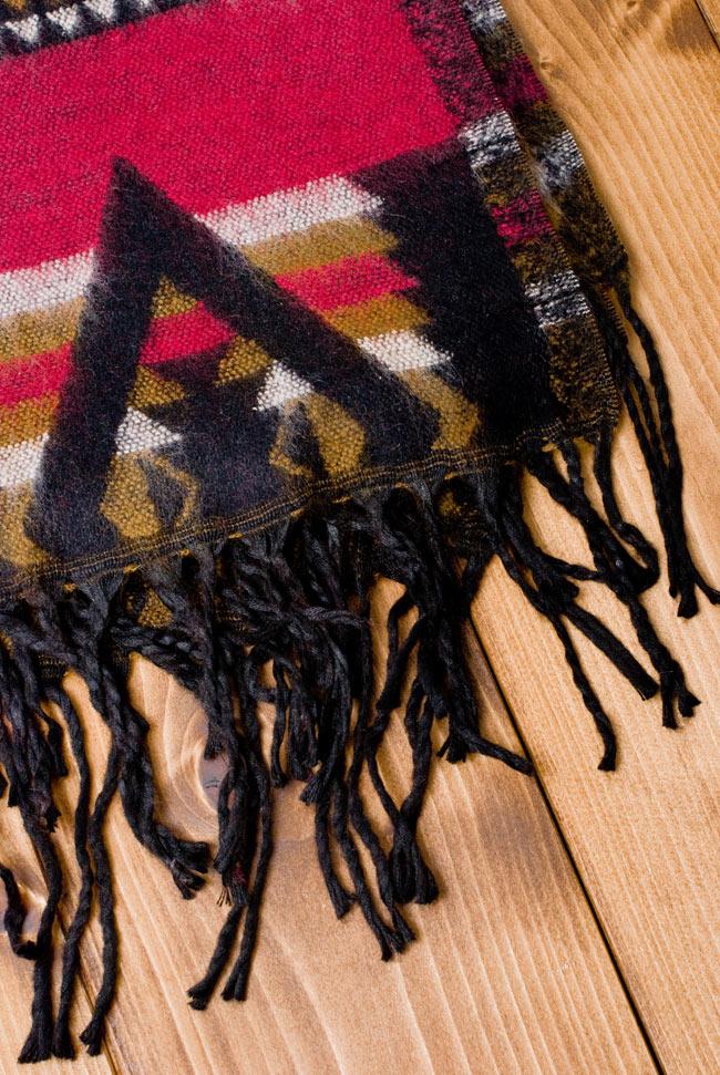 伝統ダッカ織りデザインのストール 2 - フリンジの部分を見てみました。ふわふわして気持ちいいストールです。